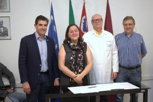 Assinatura do termo de doação de equipos para a Prefeitura